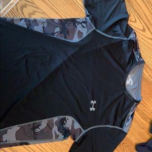 Under armor adult medium heat gear t shirt.